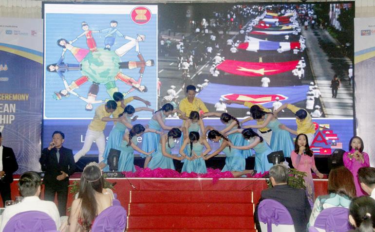 Tiết mục văn nghệ thể hiện tình đoàn kết khối các nước ASEAN trong lễ công bố cuộc thi - Ảnh: TRẦN QUỚI